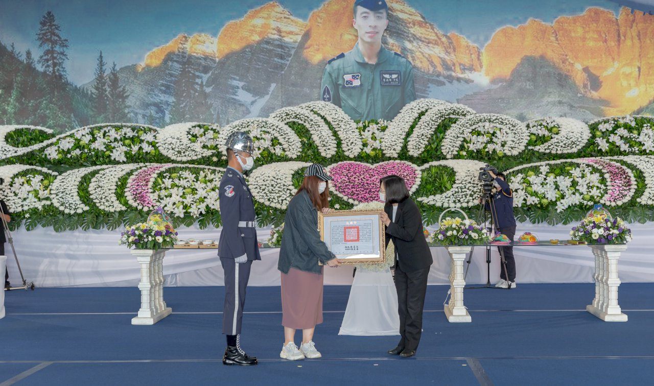 F-5E殉職飛官羅尚樺公祭 蔡總統親臨頒發褒揚令、旌忠狀