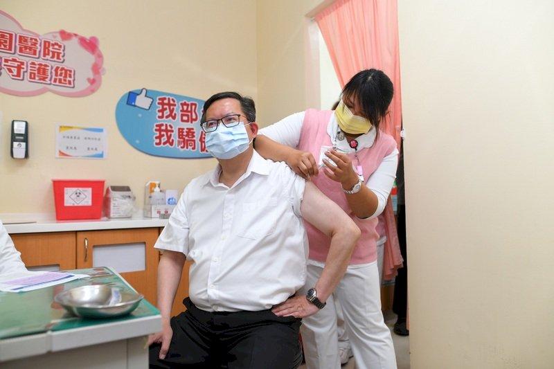 首位接種縣市長 鄭文燦:疫苗安全有效 盼台灣防疫下半場順利