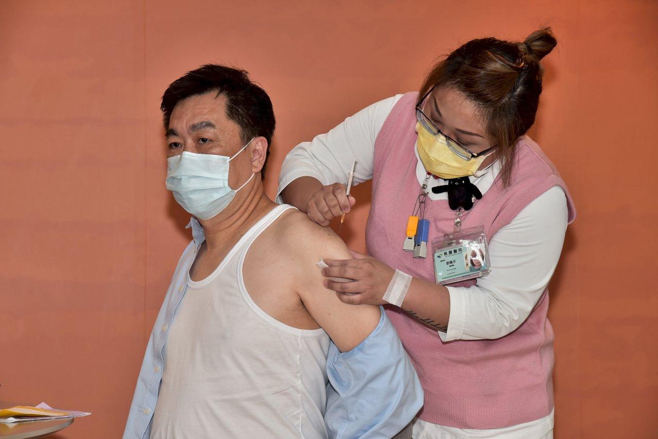 AZ疫苗今起擴大施打 指揮中心率眾接種提振信心
