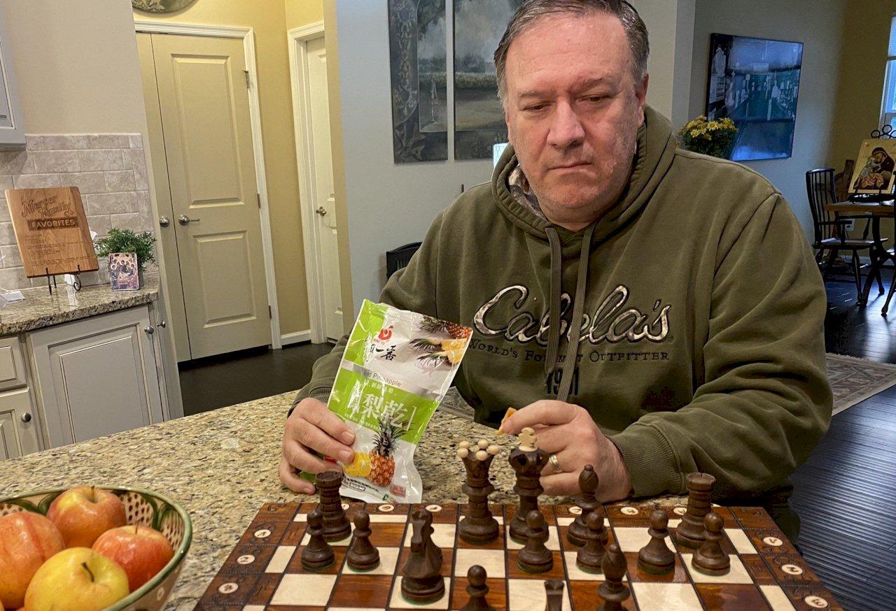 曬家居照不忘挺台!蓬佩奧邊下棋、邊大啖台灣鳳梨乾