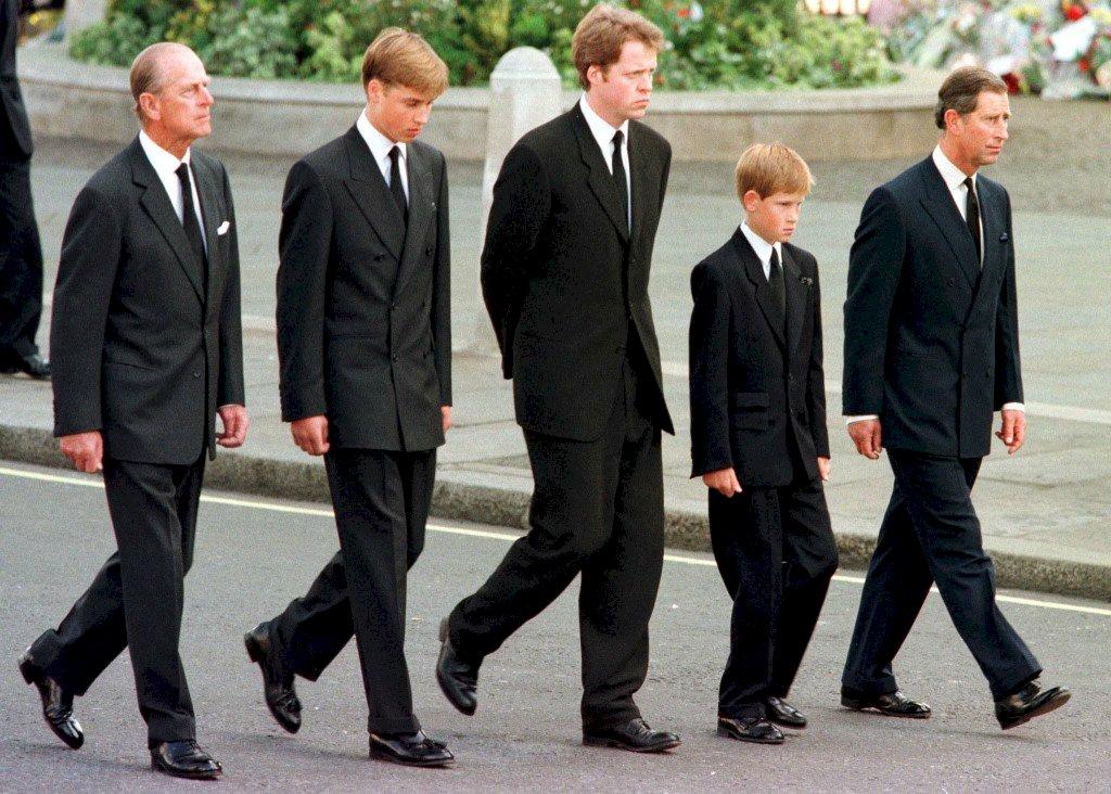 哈利王子千里奔喪 祖孫情牽兩場世紀葬禮