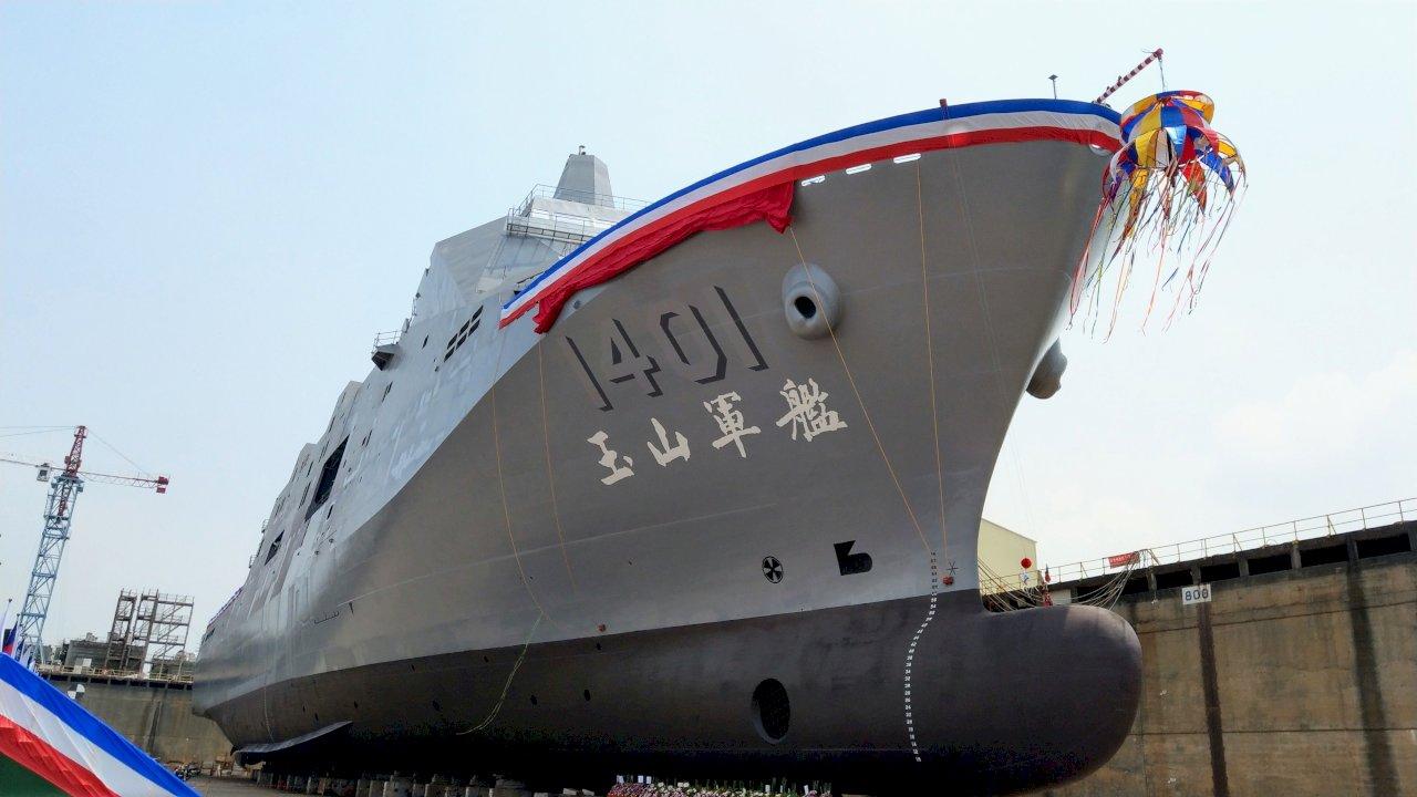 首艘萬噸級兩棲運輸艦命名下水 總統:將強化海軍執行任務能力 (影音)