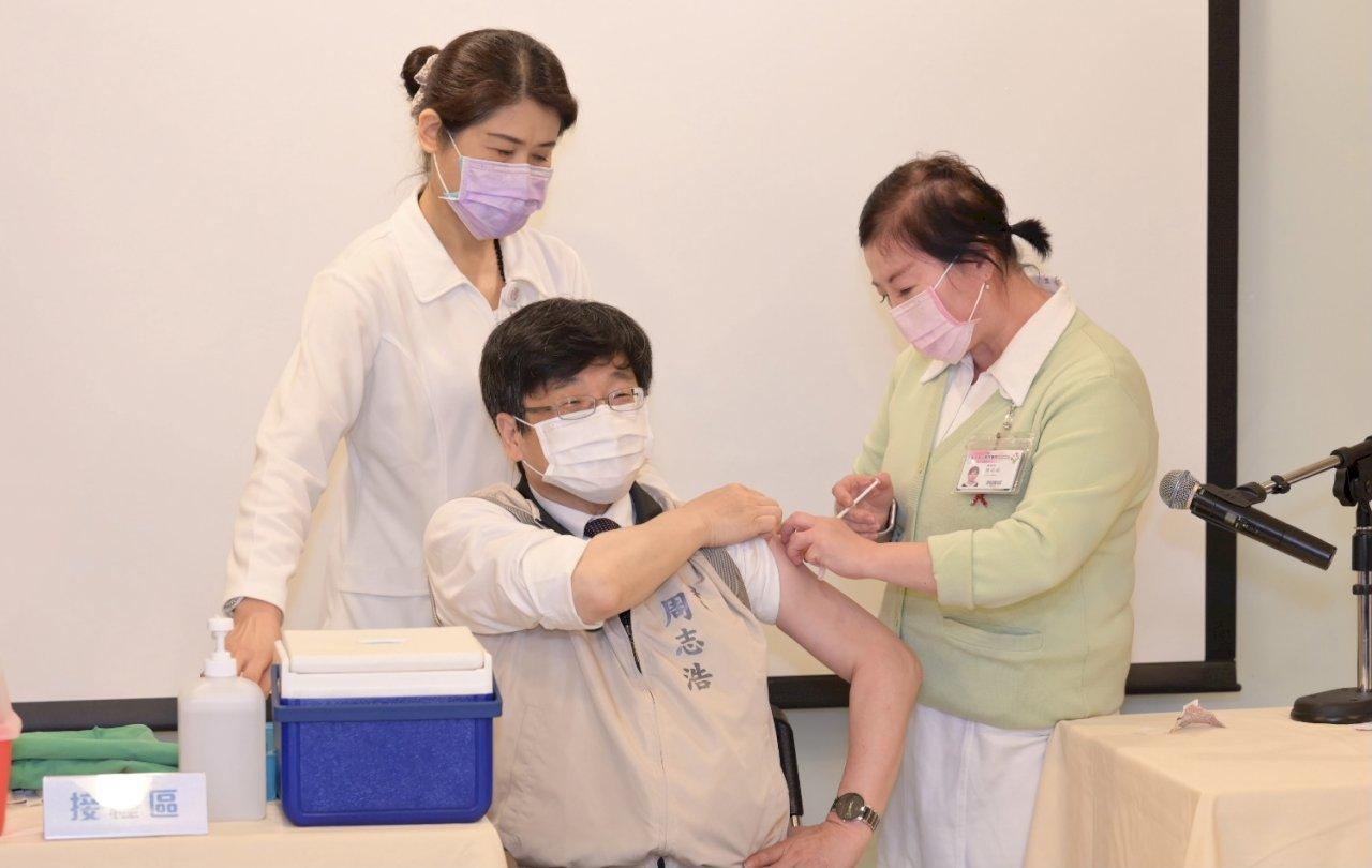 周志浩率防疫人員打疫苗 籲符合資格者盡快接種