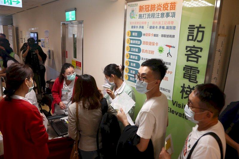 自費接種首日醫院現人潮 民眾:打了再出國才安心
