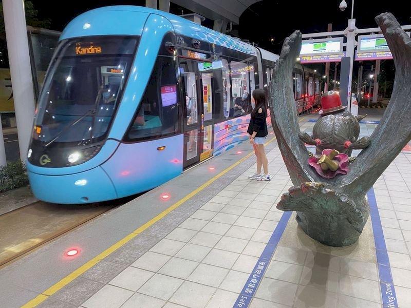 淡海輕軌沿線多為無人車站,且近半數是高架路段,新北捷運公司近日在月台上設置婦女安心候車區,利用影像監視器協助確保旅客安全。(新北捷運公司提供) (圖:中央社)