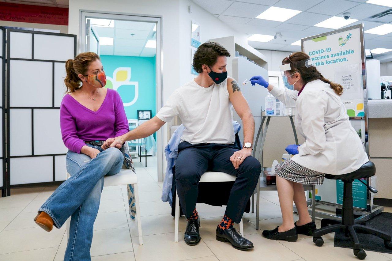 加拿大總理夫婦接種AZ疫苗 帶頭示範安民心