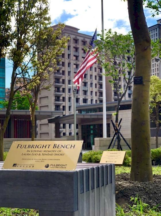 2美籍教師太魯閣號事故罹難 AIT命名館區長椅紀念