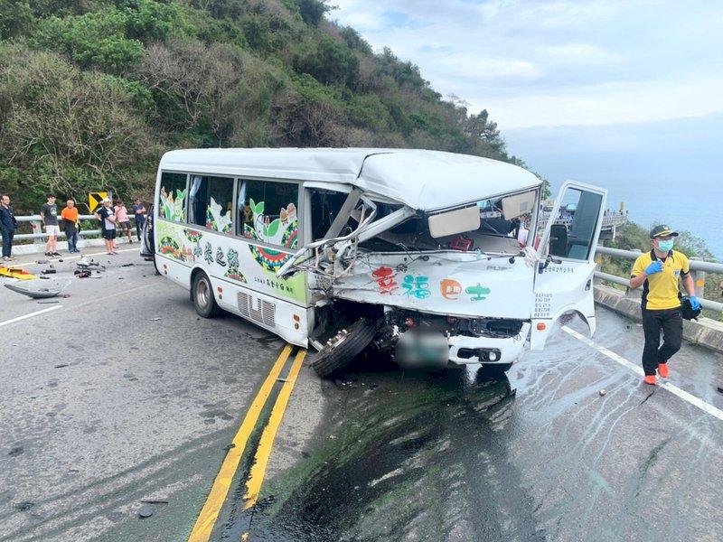 台東縣南迴公路太麻里鄉香金二號橋29日上午發生幸福巴士和自小客車對撞車禍,3人受傷送醫。圖為幸福小巴士。(警方提供) (圖:中央社)