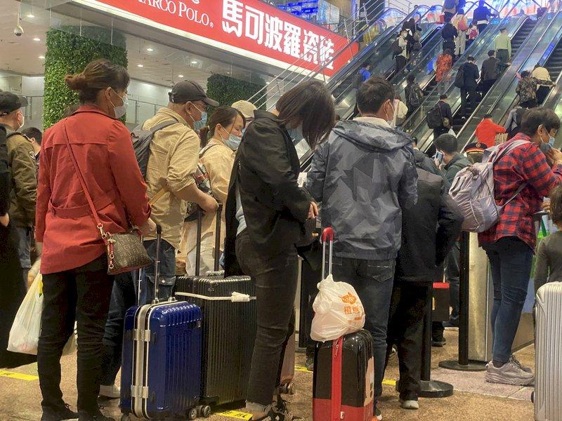 五一首日就癱瘓 旅客:假期毀在北京西站