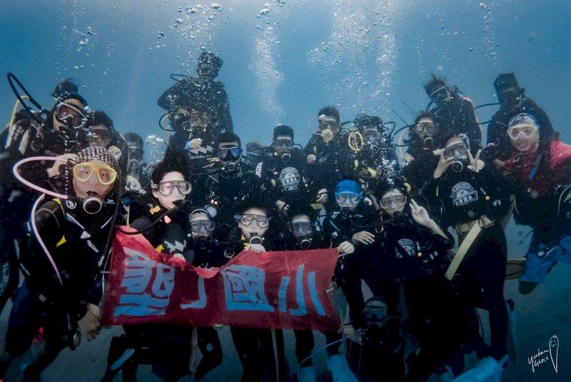 屏東墾丁國小有10名畢業生在台灣潛水公司贊助下,6日在墾丁後壁湖完成畢業典禮,這也是墾丁國小第2年舉辦潛水畢業典禮。(台灣潛水提供) (圖:中央社)
