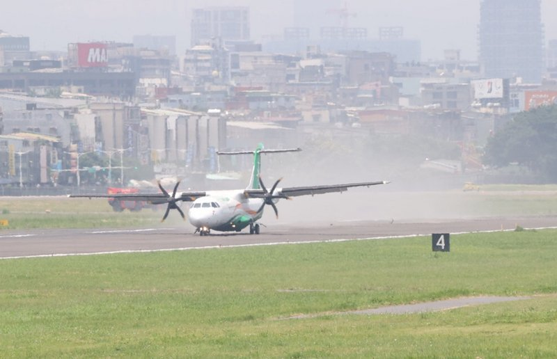 立榮航班降落南竿時撞跑道  返松機平安降落