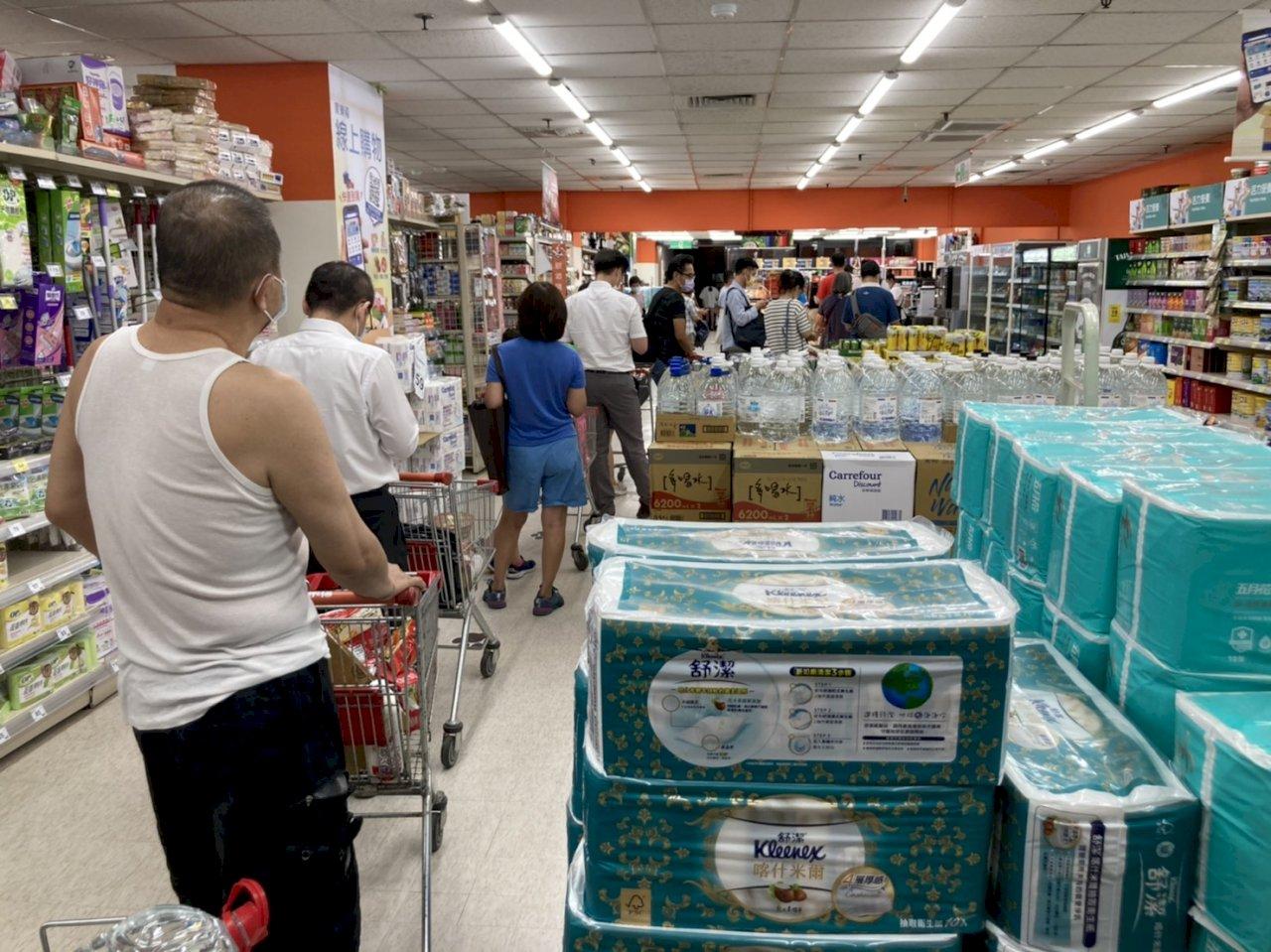 本土病例急遽增加 《路透》:台灣首次陷入封鎖的恐慌