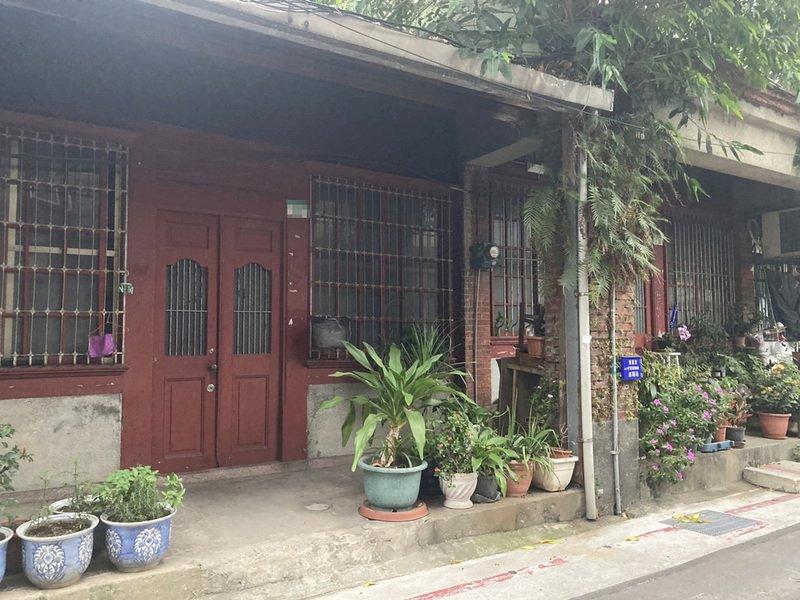 台北市文資會通過大同區迪化街二段4棟建於清朝的老房子不具文資潛力,當地居民樂見終於可順利都更,不過也有學者大嘆可惜。 (圖:中央社)
