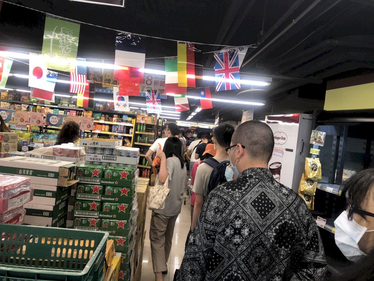 擠爆!雙北第三級警戒 超市量販店爆發搶購潮結帳等逾一小時