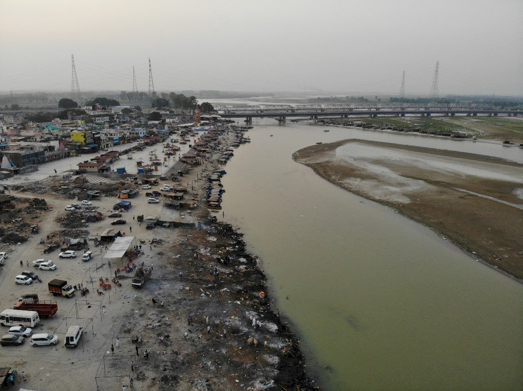 貧窮與恐懼 印度官員坦承染疫死亡遺體被拋入河中