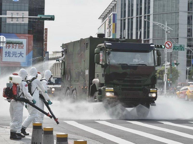 國軍化學兵赴萬華消毒 三總醫護進駐快篩站
