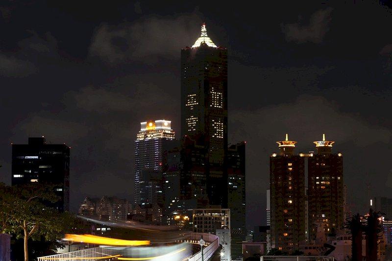 為台灣防疫祈福 高市85大樓點燈平安加油