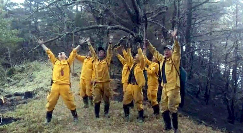 玉山森林大火燒8天獲控制 森管員歡呼終於能回家