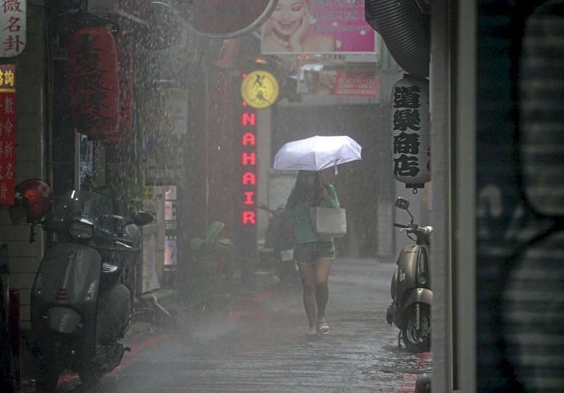 西半部東北部留意短時強降雨  熱低壓發展中