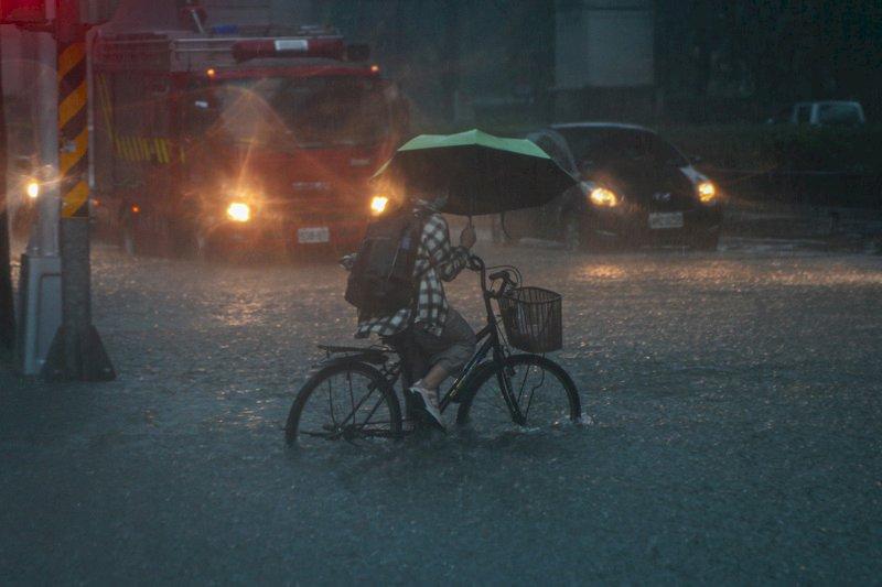 台灣本島、澎湖大雨及豪雨特報 愈晚雨勢愈明顯