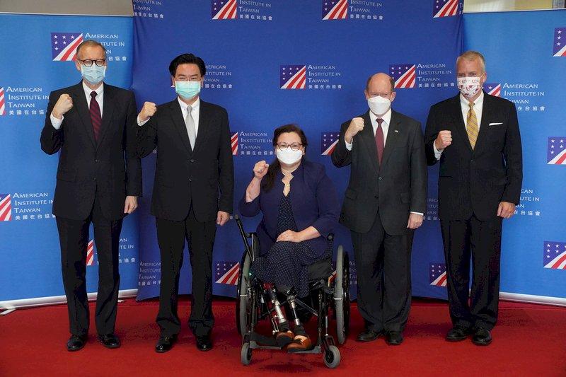 美國3參議員抵台 宣布將贈台灣75萬劑疫苗