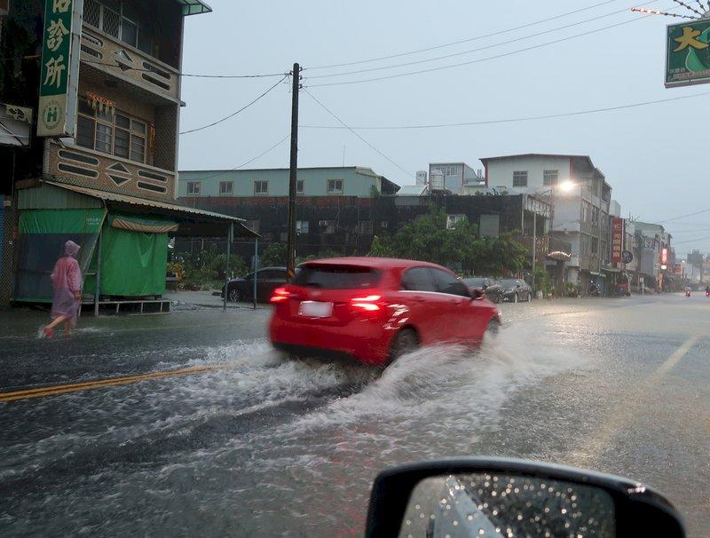 午後雷陣雨接力發威 南部及山區留意局部大雨