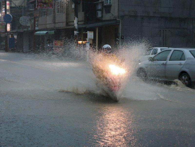 今梅雨鋒面影響範圍擴大  西部東北部有豪雨