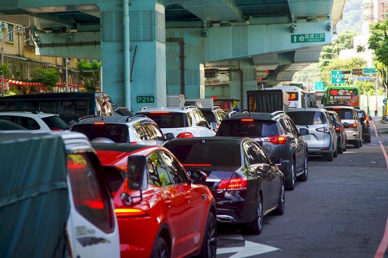 嚴格匝道儀控六都國道交流道回堵 要等一小時