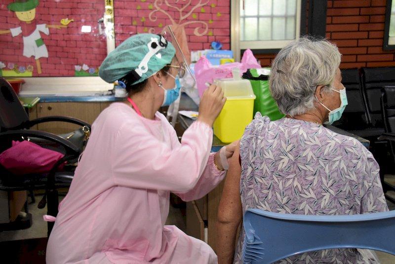 慢性病長者打疫苗前不需停藥  打完多休息喝水