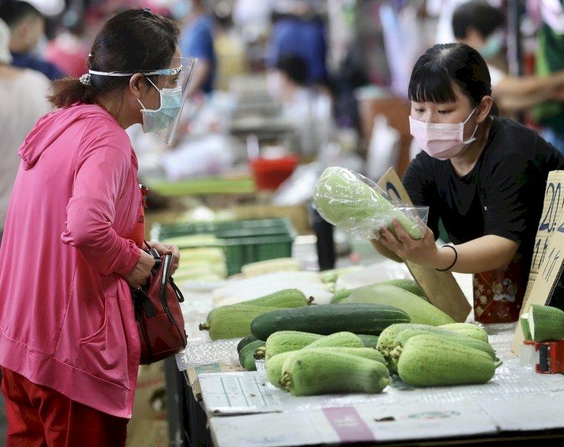 近日因產地連續下雨,影響開花、授粉,瓜菜類出現部分水傷,供應量減少導致價格有些微上漲。 (圖:中央社)