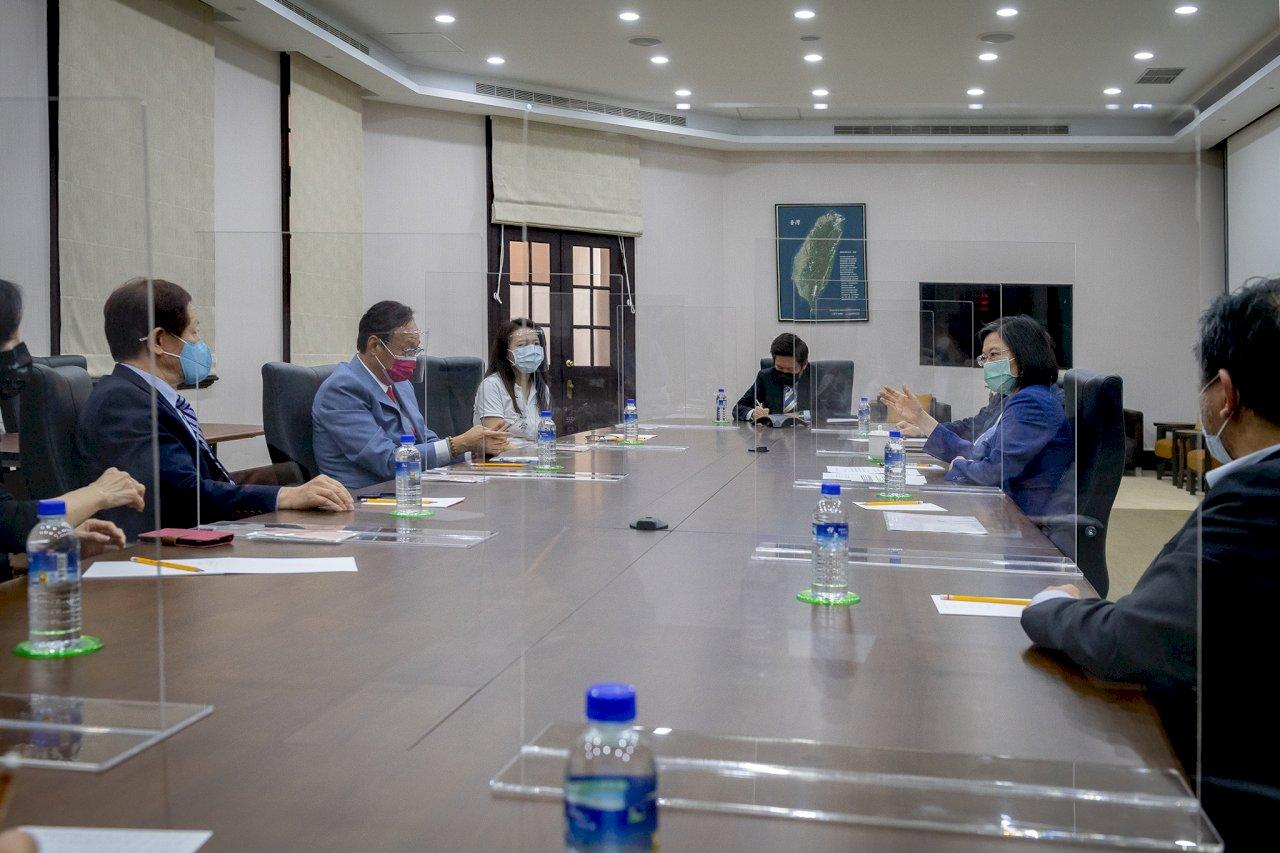 總統見郭台銘、劉德音 三人共識「疫苗須原廠製造包裝、直送台灣」