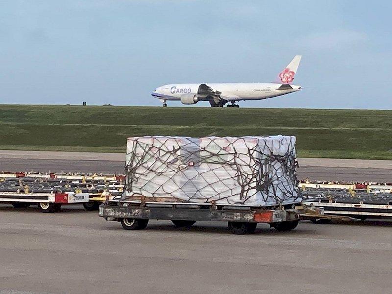 美國贈送台灣250萬劑疫苗,美東時間19日由華航貨機運送從曼非斯起飛,預計台北時間20日抵達台灣。(駐美代表處提供) (圖:中央社)