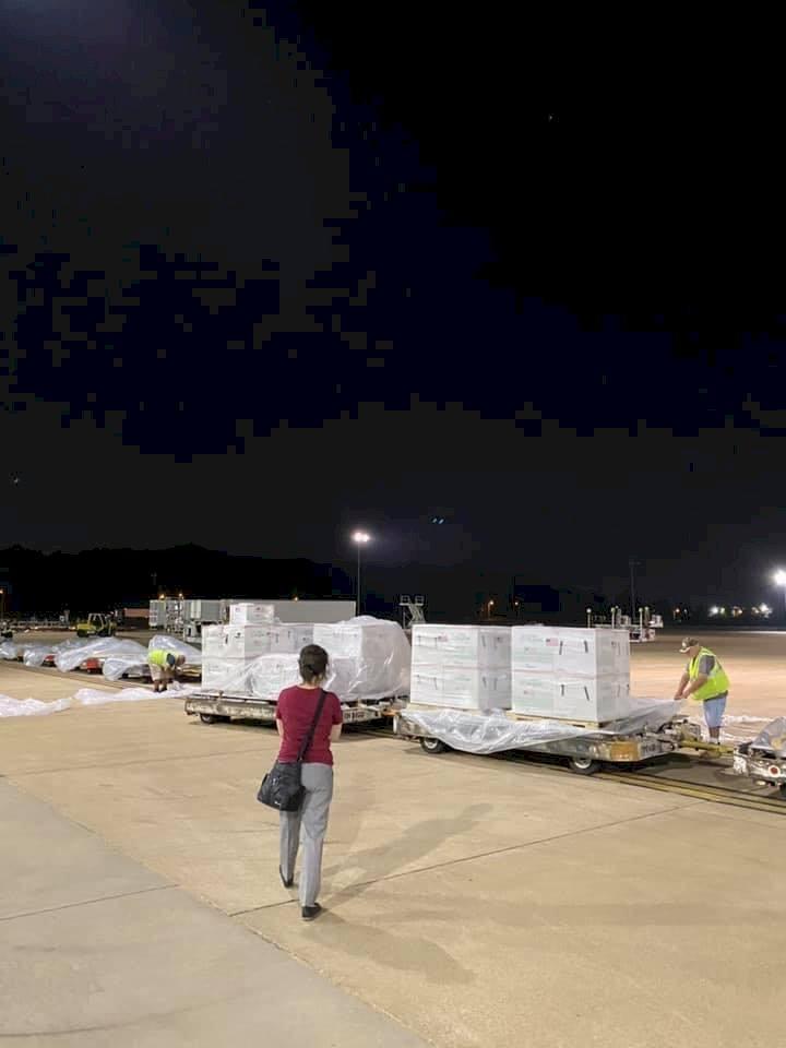 停機坪上親點收 蕭美琴:為加速取得250萬劑疫苗 台灣自行派機取貨