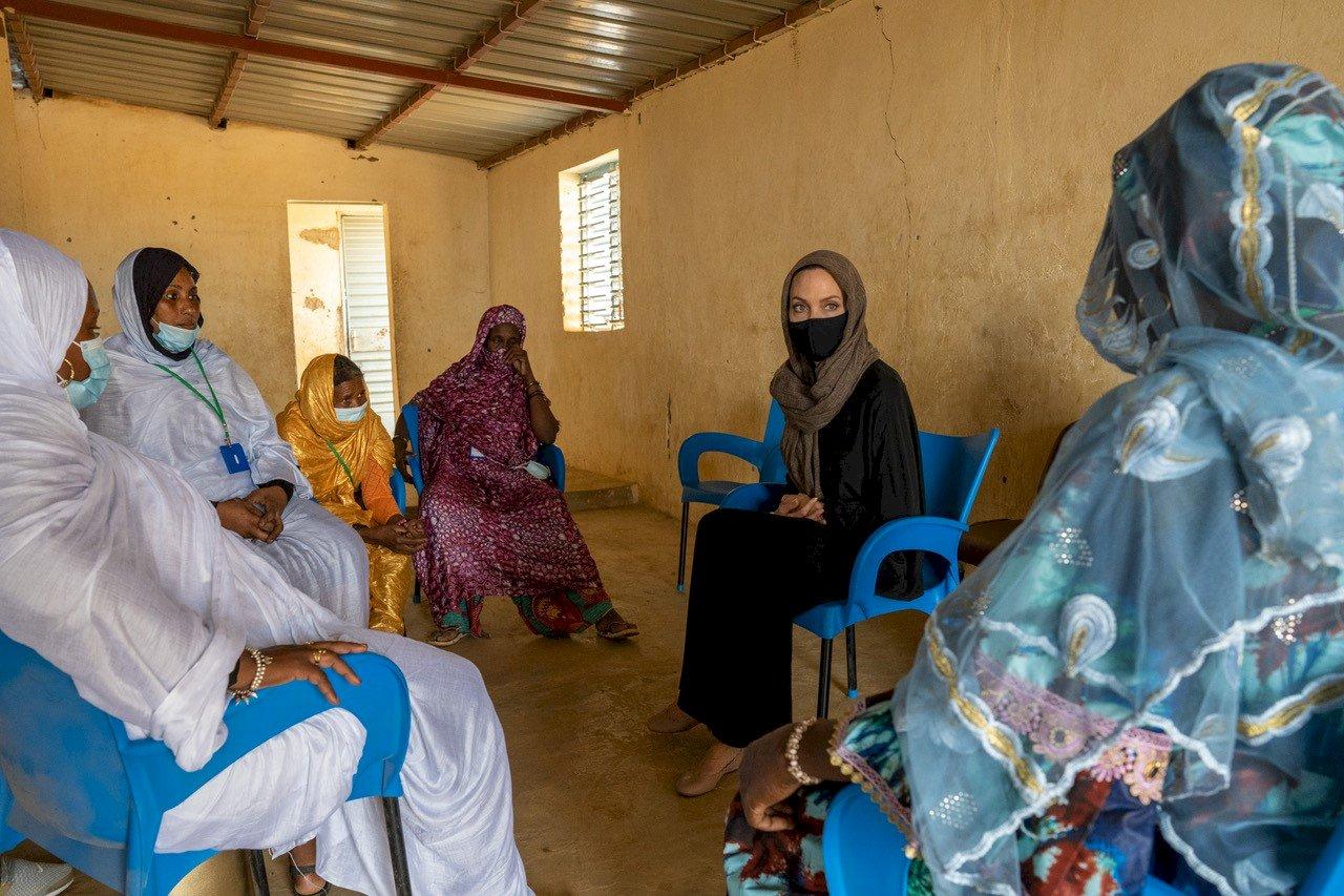裘莉訪布吉納法索難民營 憂全球難民流離失所