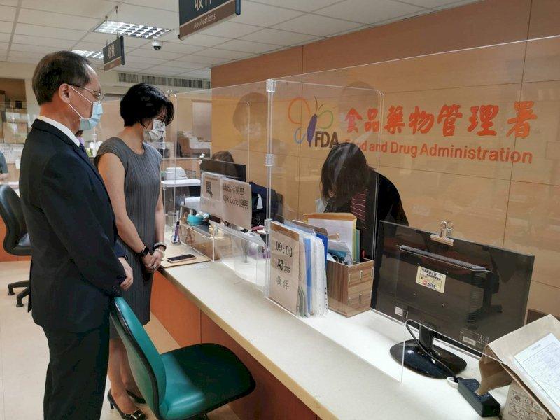 慈濟基金會預計購買BNT德國原廠疫苗500萬劑,6月23日由慈濟執行長顏博文(左)前往食藥署送件,提出申請。(慈濟基金會提供) (圖:中央社)