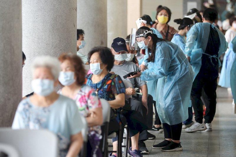 衛生福利部報告指出,目前有165.3萬人接種疫苗,人口涵蓋率7%。台北醫學大學附設醫院24日在信義國中接種站持續為民眾施打COVID-19疫苗,許多長者一早就前來排隊報到。 (圖:中央社)