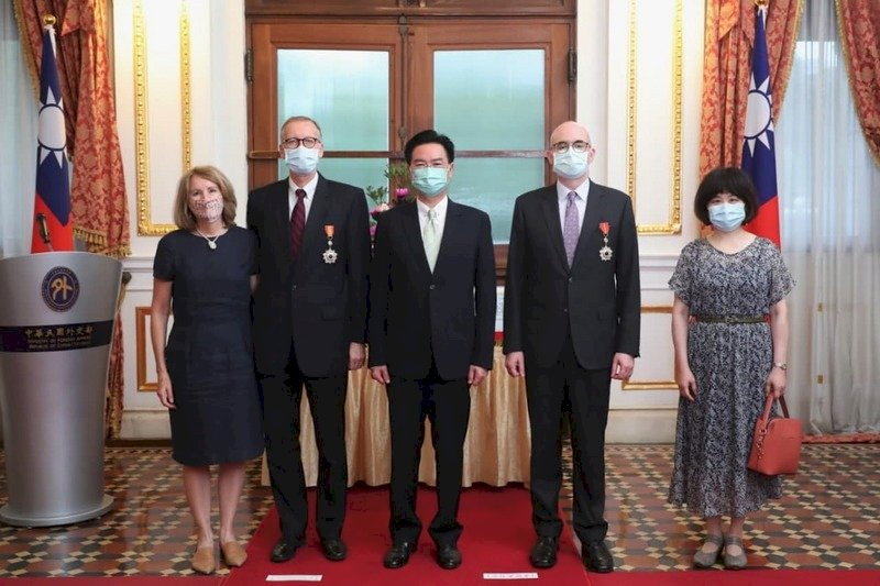 酈英傑、谷立言獲頒外交獎章 最高興見證台美互助防疫物資