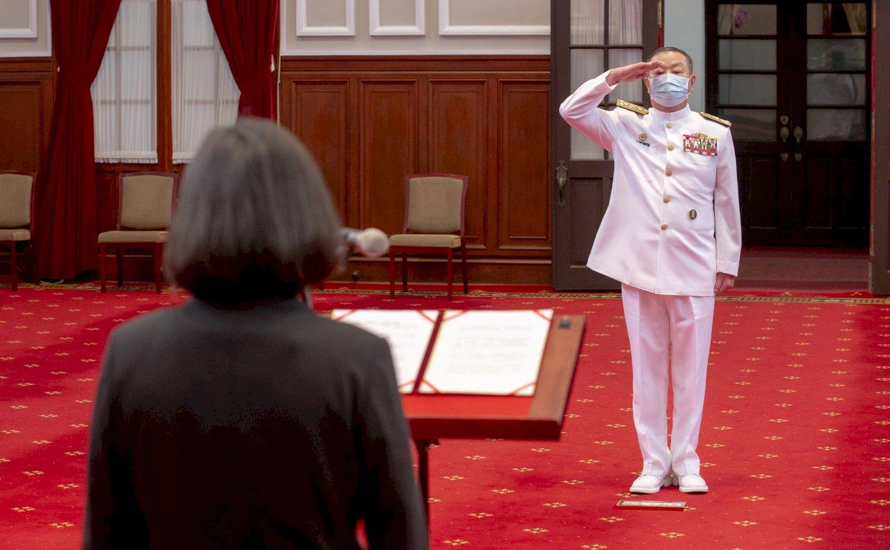總統頒授黃曙光勳章 肯定推動國艦國造、國防戰力改革成績