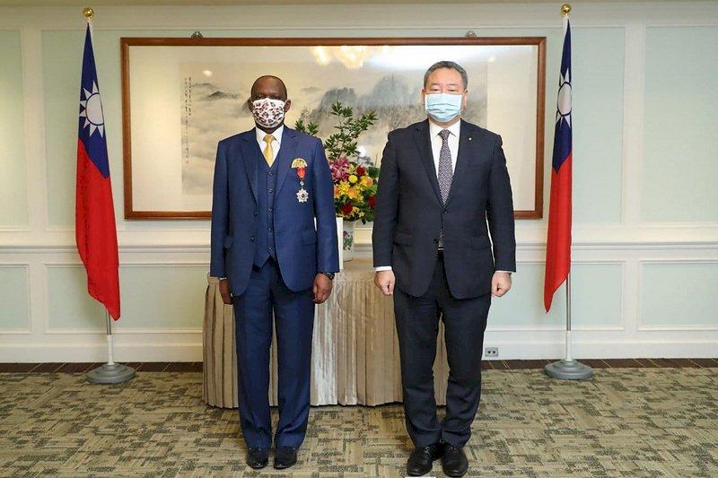 南非駐台代表將離任 外交部頒贈獎章表彰貢獻