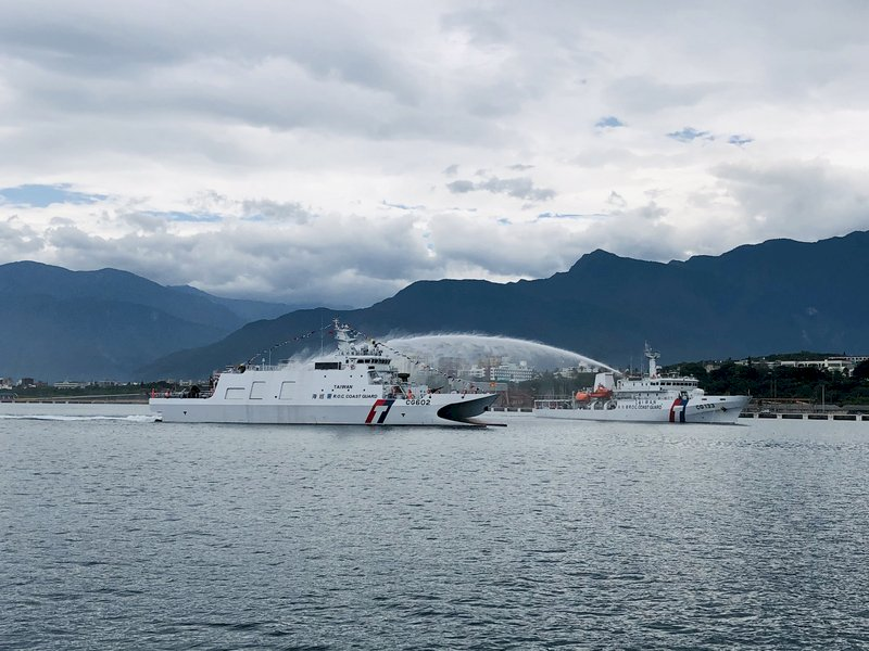 海巡成功艦抵達花蓮港 東部護漁維權生力軍