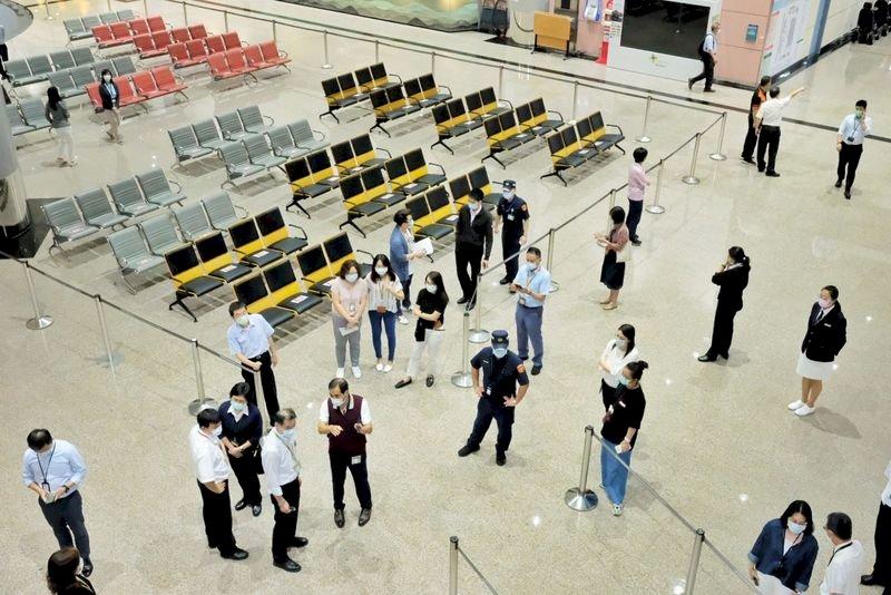 機場入境檢疫升級每人採檢約4分鐘 桃機籲旅客耐心等候