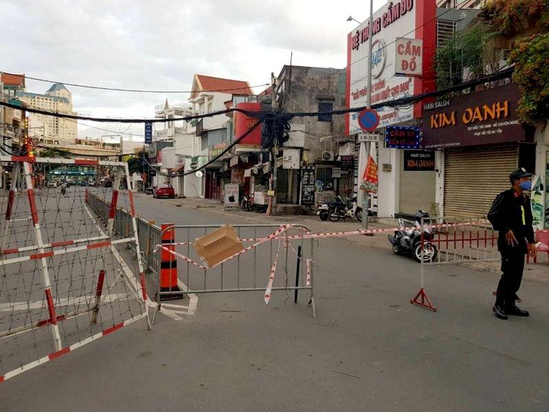 越南疫情升溫 胡志明市封鎖軍隊部署街頭