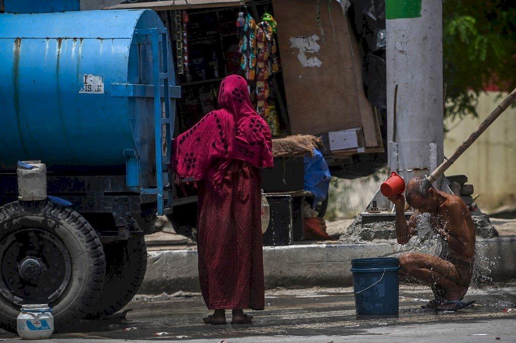 沒有最熱只有更熱 印度窮人肉身相搏抗高溫