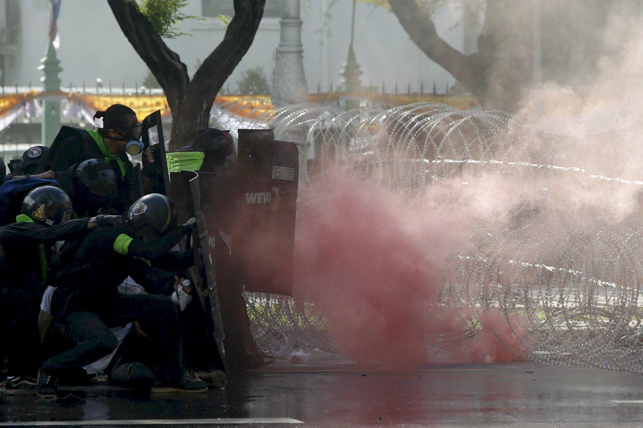 泰國示威民眾拆路障前往政府大樓 與警察爆衝突