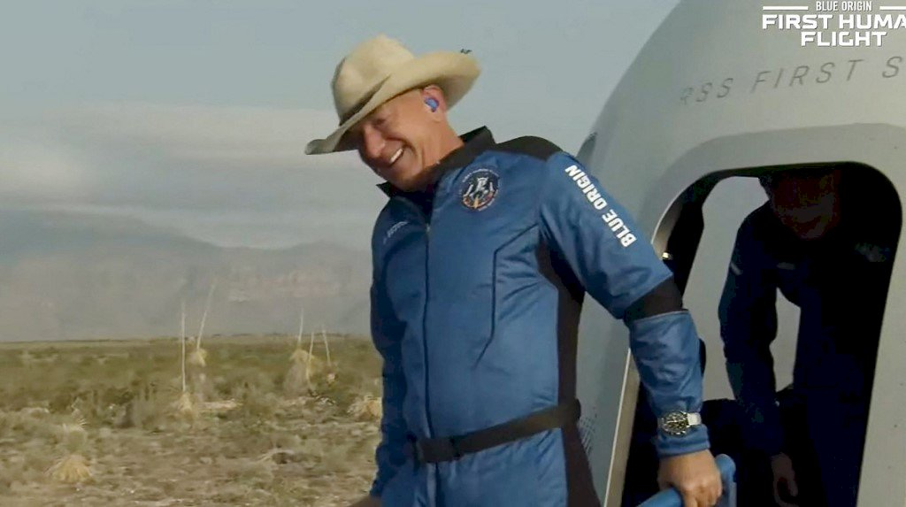亞馬遜貝佐斯 搭乘自家火箭升空又返回地球