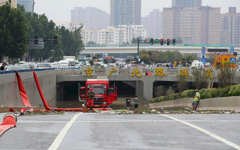 河南暴雨重災區 鄭州京廣路隧道拖出逾200輛車