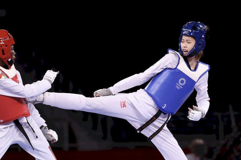 台灣跆拳道女將羅嘉翎(藍衣)25日在東京奧運跆拳道女子57公斤級銅牌戰展現「強心臟」本色,第3回合一度落後1分,最後靠著兩次成功上端攻擊,最終以10比6順利奪下銅牌。 (圖:中央社)
