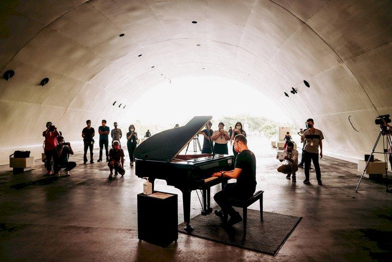 疫情降級首日 公共鋼琴琴音重揚場館現人潮