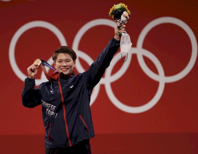台灣舉重女將陳玟卉27日在東京奧運女子舉重64公斤級扮演黑馬,以抓舉103公斤、挺舉127公斤、總和230公斤奪銅,這面銅牌是台灣代表團在本屆奧運的第6面獎牌。 (圖:中央社)