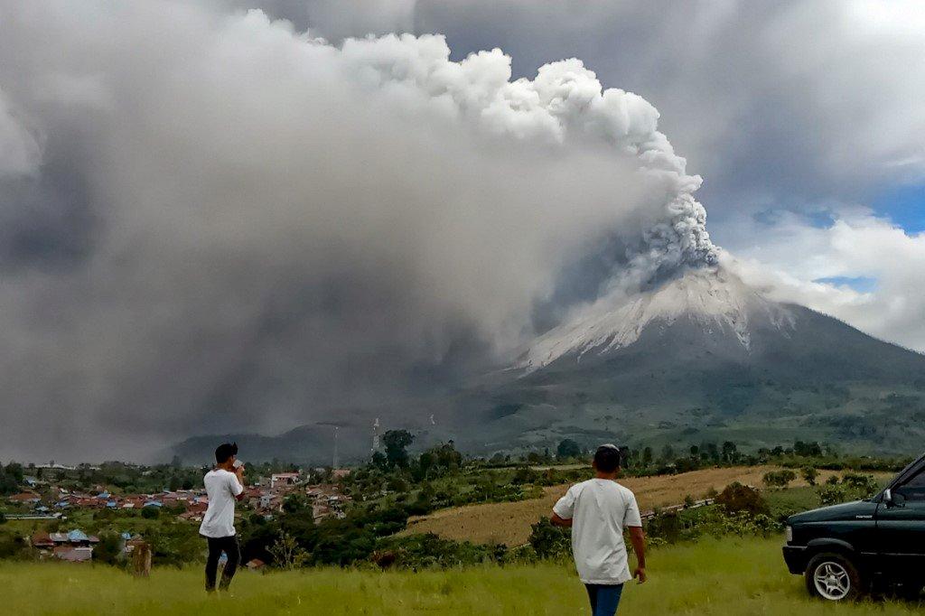 印尼西納彭火山噴發12分鐘 煙塵飄至1公里外